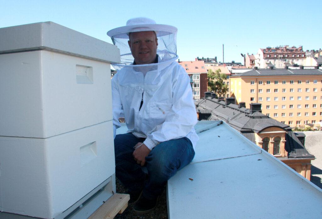 Håkan Wallin på Soya Groups huvudkontors tak med bikupor.